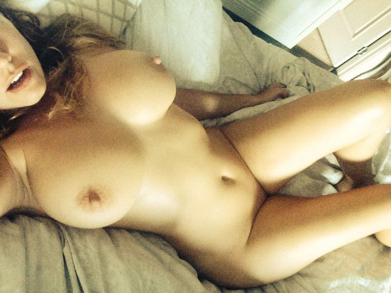 Kelly Brook nude photos leaked and put online Daily