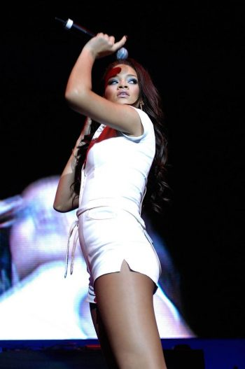 rihanna-on-stage-pic