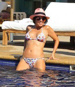 kourteny-kardashian-in-bikini-in-the-pool-with-the-seal