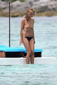 EXCLUSIVE: **WARNING: CONTAINS NUDITY** Heidi Klum shows off her goods during romantic getaway with Vito Schnabel