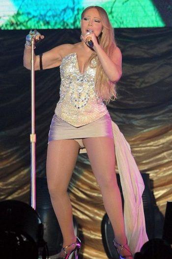 mariah-carey-upskirt-on-stage-02