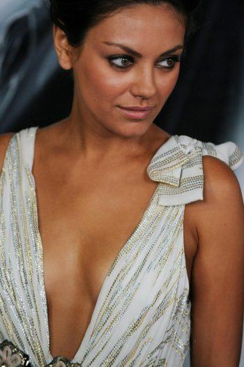 mila-kunis-cleavage-08