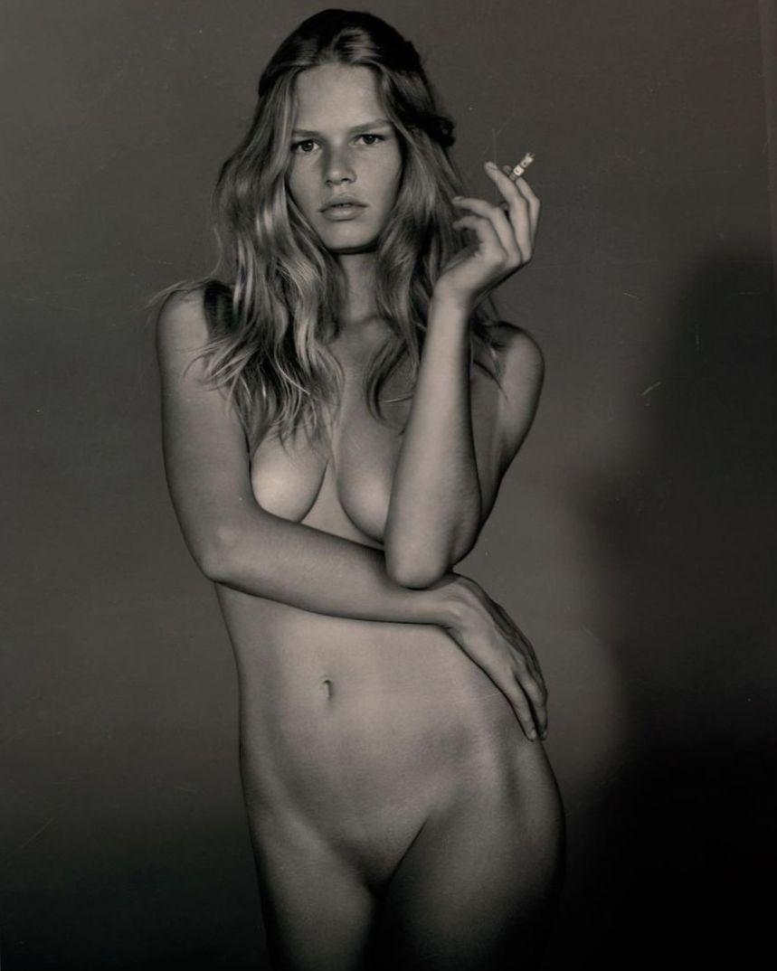 Anna Ewers  nackt