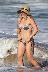 hilary-duff-in-bikini-paparazzi-photo