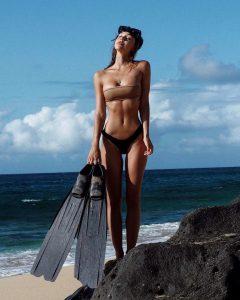 Alexis Ren in sexy bikini (12)